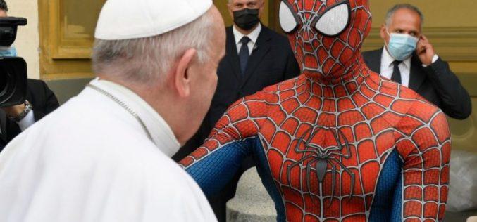 Папата се сретна со млад човек облечен како Спајдермен
