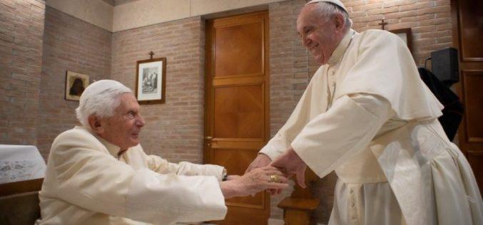 Папата Фрањо му го честита на почесниот папа Бенедикт XVI јубилејот 70 години свештенство