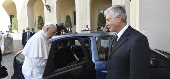 Папата се заблагодари на својот возач кој заминува во пензија