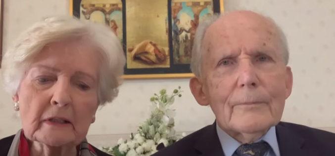 Папата моли со баби, дедовци и стари лица од целиот свет