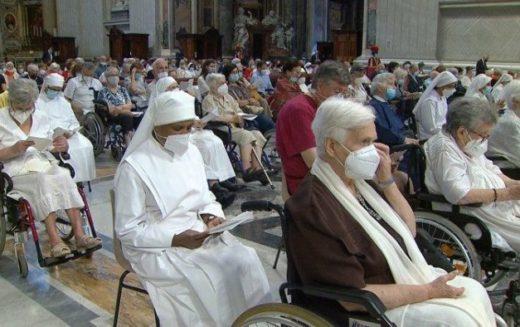 Папата: Потребен ни е сојуз на младите и старите
