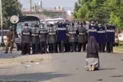 Се сеќавате ли на монахињата која клекна пред полицајците? Повторно покажува неверојатна храброст