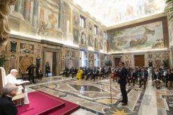 Папата ги повика политичарите да се фокусираат на промовирање на интегрален човеков развој и мир