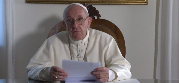 Папата Фрањо: Посвојувањето е христијанска одлука што ве прави плодни