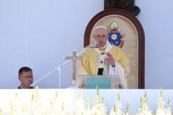 Папата на Плоштадот на хероите: Евхаристијата нѐ потсетува кој е Бог
