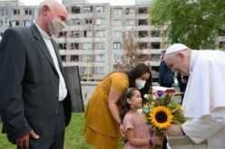 """Папата меѓу Ромите во Кошице: """"Црквата е ваш дом"""""""
