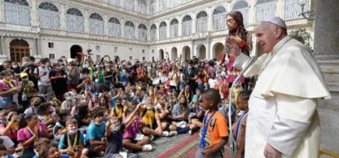 Папата Фрањо ги благослови децата, учесниците на Маршот за прифаќање