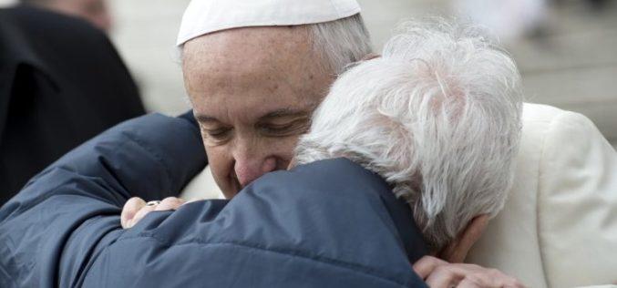 Папата до постарите свештеници: Староста не е болест, туку привилегија