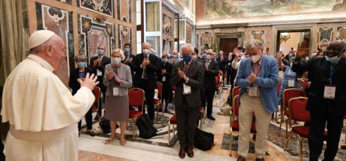 Папата Фрањо: Не смееме да бидеме глуви на плачот на Земјата и плачот на сиромашните